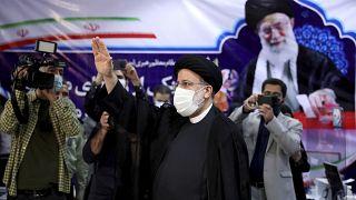 إبراهيم رئيسي، رئيس القضاء الإيراني في وزارة الداخلية لتسجيل ترشيحه للانتخابات الرئاسية المقررة في 18 يونيو 2021.
