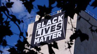 Una pancarta de 'Black Lives Matter' cuelga de la embajada de Estados Unidos en Madrid, España, el martes 25 de mayo de 2021.
