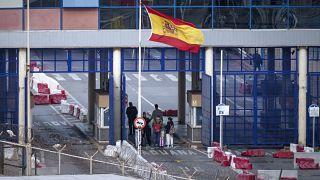 الحدود بين مدينة الفنيدق المغربية وجيب سبتة الإسبانية في 13 مارس 2020.