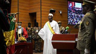 Mali : la détention du Président divise