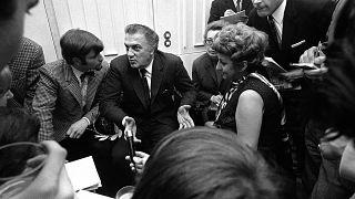 Федерико Феллини в окружении журналистов в 1970 году