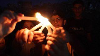 کودکان غزه به احترام قربانیان جنگ اخیر در ویرانههای شهر شمع روشن کردند