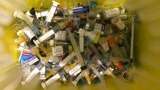 النفايات السريرية في عيادة خاصة تقدم التطعيمات في هونغ كونغ.