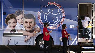 ABD'nin Kaliforniya eyaletindeki bir mobil klinikte Modrna aşısı için sıra bekleneynler