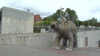 """تمثال الديناصور """"القاتل"""" في برشلونة"""