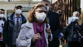 باولا ديفندي، والدة جوليو ريجيني أمام محكمة في روما، لحضور جلسة استماع أولية.