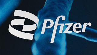 Логотип Pfizer на здании штаб-квартиры компании в Нью-Йорке, февраль 2021 года