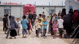 أطفال ونساء متجمعون أمام خيامهم في مخيم الحول في الحسكة السورية. 2021/05/01