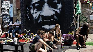Minneapolis'te george Floyd için saygı duruşu