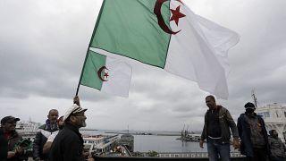 جزائريون يحملون علم بلادهم خلال إحدى الفعاليات في العاصمة الجزائر في 16 أبريل 2021