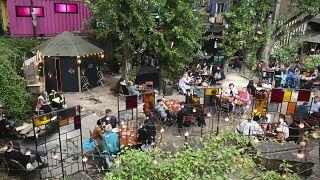 """أشخاص في حانة """"وايلد رينات"""" في برلين، ألمانيا."""