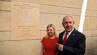 نتنياهو وزوجته يمقر السفارة الأمريكية في القدس