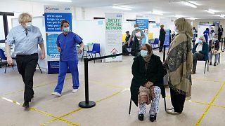 İngiltere Başbakanı Johnson, bir hastanede Covid-19 hastalarını ziyaret etmişti.