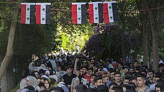 Νέοι στη Συρία προσέρχονται για να ψηφίσουν στις κάλπες που στήνονται για δεύτερη φορά μετά από 10 χρόνια πολέμου