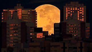 Luna parcialmente cubierta por edificios en Brasilia, Brasil