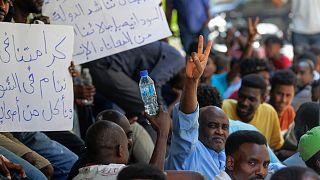 عمال سودانيون فقدوا وظائفهم بسبب تدهور الوضع الاقتصادي في لبنان، يتظاهرون أمام سفارة بلادهم في بيروت للمطالبة بالعودة إلى الوطن. يوليو / تموز 2020.