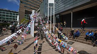 Фотографии истцов по делу Royal Dutch Shell возле здания суда в Гааге