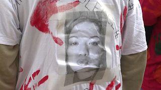Tee-shirt avec une photo de la victime porté par une marcheuse