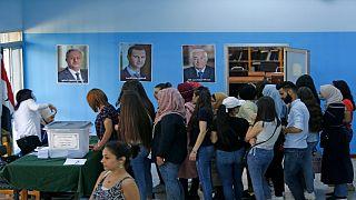 ناخبون سوريون يدلون بأصواتهم في انتخابات الرئاسة في مركز اقتراع بدمشق في 26 مايو 2021