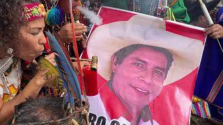 شمنباوران پرو نامزد انتخاباتی محبوب خود را با دود و جغجغه متبرک کردند
