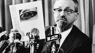 عالم الفيزياء الفلكية بجامعة نورث وسترن، ألين هاينك، في مؤتمر صحفي 1966، في ديترويت،