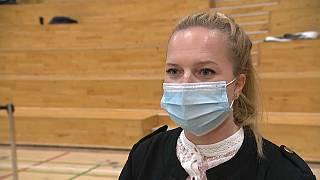 Louise Bang Andersen ist die erste Freiwillige in dem privaten Impfzentrum.