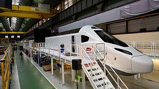 Le train à grande vitesse de nouvelle génération, le TGV M, sur sa ligne de production dans l'usine d'Alstom à Belfort, dans l'est de la France, le 26 mai 2021