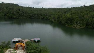 رصيف منهار على بحيرة كاندي في بادانج في غرب سومطرة حيث توفي خمسة سائحين أثناء محاولتهم التقاط صور سيلفي.