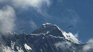 جبل إيفرست من نامشي باجار في منطقة سولوكومبو، نيبال.