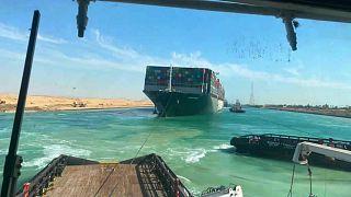 سفينة إيفر غيفن متوقفة في عرض مجرى قناة السويس، مصر.
