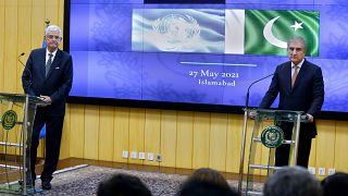 وزير الخارجية الباكستاني شاه محمود قريشي ورئيس الجمعية العامة للأمم المتحدة فولكان بوزكير يستمعان لسؤال صحفي خلال مؤتمر صحفي مشترك ، في إسلام أباد ، باكستان