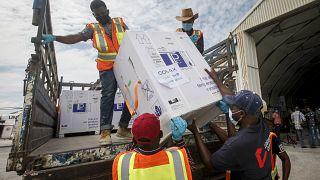 صناديق لقاح أسترازينيكا المضاد لكوفيد-19 تصل إلى مطار مقديشو في الصومال.