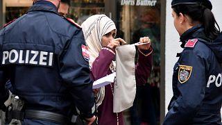 عناصر الشرطة يطلبون من امرأة كشف النقاب عن وجهها في النمسا، 2017.