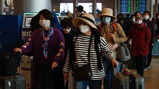 İsrail'in Tel Aviv kentindeki Ben Gurion Havaalanı'nda valizleriyle birlikte görülen Koreli turistler (arşiv)