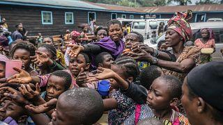 Беженцы из Гомы в пункте раздачи еды