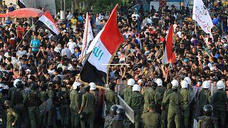 قوات الامن العراقية تحاول احتواء مظاهرات واسعو ضد الفساد بساحة التحرير بالعاصمة بغداد. 25/05/2021