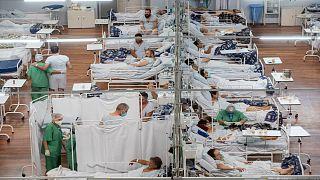 """مصابون بـ""""كوفيد-19"""" في مستشفى ميداني أقيم داخل مدرج رياضي في سانتو أندريه إحدى ضواحي العاصمة البرازيلية ساو باولو"""