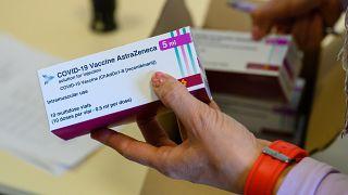 AstraZeneca koronavírus elleni vakcina érkezett a tatabányai kormányhivatalba 2021. április 15-én – képünk illusztráció