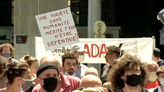 Tüntetők a grenoble-i bíróság előtt
