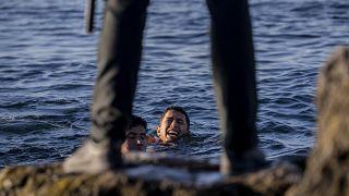 Határőr várja a ceutai tengerparton a bevándorlókat 2021. május 19-én