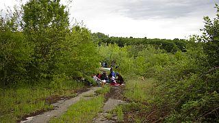 Migránsok pihennek egy bosnyák falu közelében