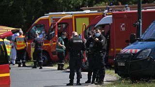 Gendarmes et service de secours déployés après l'agression au couteau d'une policière municipale de La Chapelle-sur-Erdre, dans l'ouest de la France, le 28 mai 2021