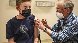 Avrupa İlaç Ajansı (EMA), BioNTech-Pfizer'in Covid-19'a karşı geliştirdiği aşının 12-15 yaş grubuna uygulanabileceğini açıkladı.