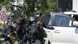 Fransa'da bir saldırgan, kadın polisi bıçakla ağır yaraladı: 'Hapishanede radikalleşti'