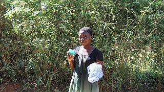 Mädchen mit Hygieneartikel