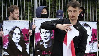 Roman Protaszevics és Szofija Szapega szabadon bocsátását követelik tüntetők a varsói belarusz nagykövetség előtt – képünk illusztráció
