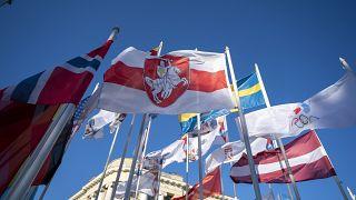 Бело-красно-белый флаг среди символики участников Чемпионата мира по хоккею в Риге