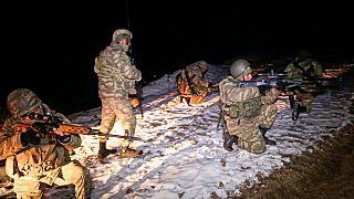 Ermernistan-Azerbaycan sınırında görev yapan Azerbaycan askerleri.