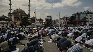 Freitagsgebet vor der neuen Moschee am Taksim-Platz
