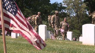 شاهد: جنود أمريكيون يضعون الأعلام على قبور الجنود في أرلينغتون عشية يوم الذكرى